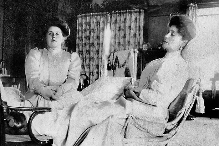 Императрица Александра Фёдоровна и Анна Александровна (слева)