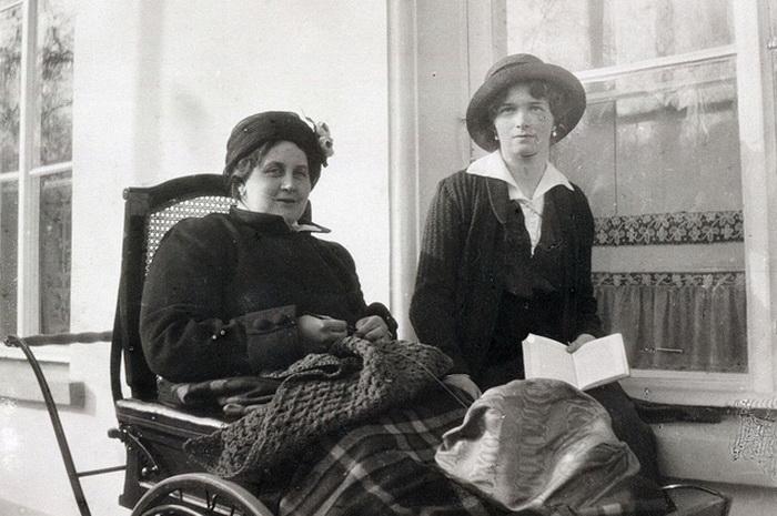 Анна Вырубова на прогулке в инвалидной коляске с великой княжной Ольгой Николаевной, 1915—1916.