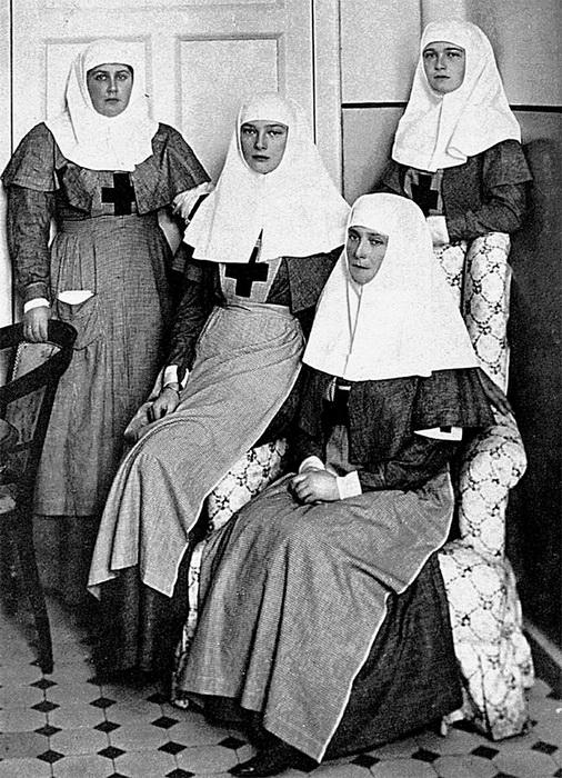 Императрица Александра Фёдоровна, ее дочери Ольга,Татьяна и Анна Александровна (слева) - сёстры милосердия