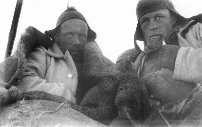 Исследователи в спальных мешках во время экспедиции.