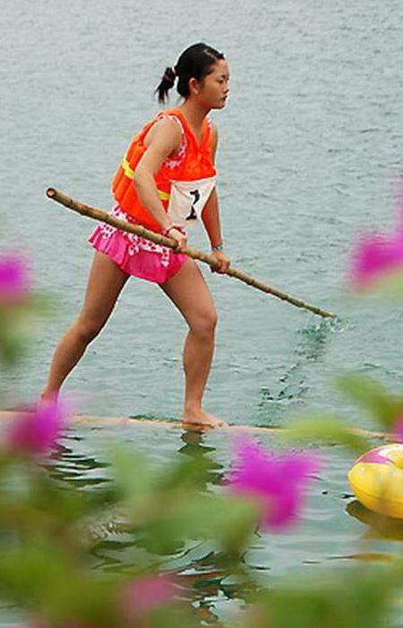Гонки на лодках из бамбука в Китае