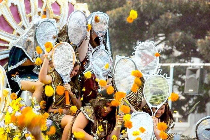Batalla de Flores в Испании: *Цветочный* бадминтон