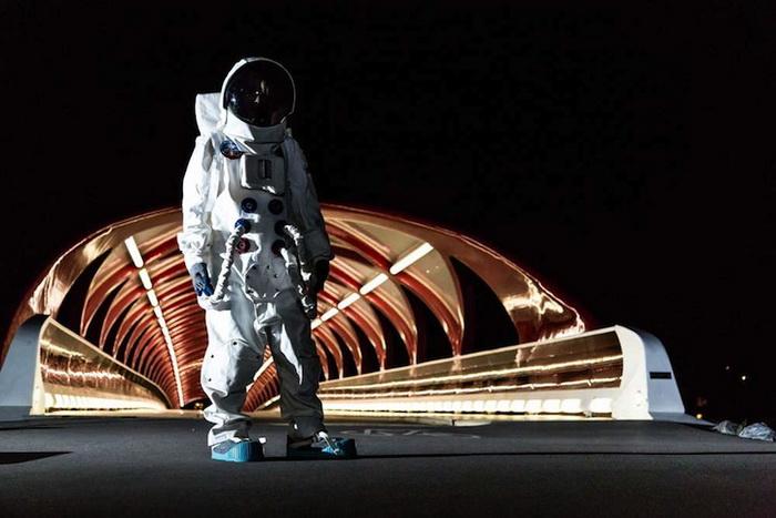 Астронавт на мосту Мира