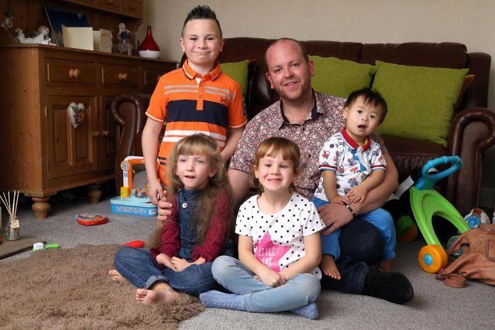 Бенджамин Карпентер и его четверо усыновленных детей.