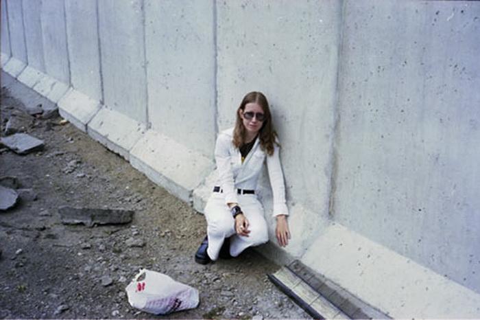 Wall Winther рядом со своей законной супругой - Берлинской стеной