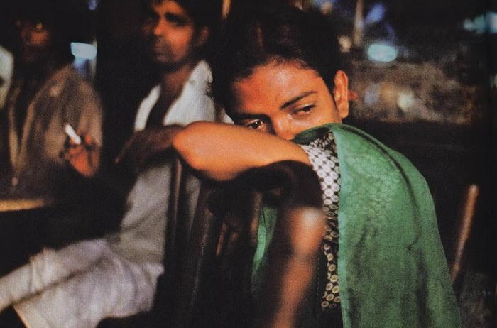 Уличная проститутка в кафе Олимпия