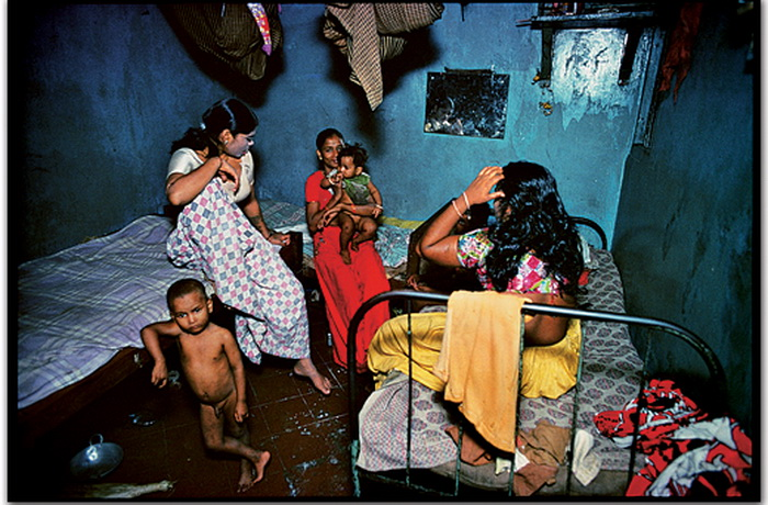 Многие женщины легкого поведения рожают детей и воспитывают их там же, где и работают
