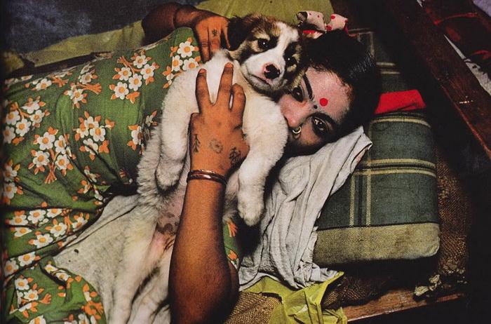 Секс-рабыня Камла по-настоящему привязана к своему щенку