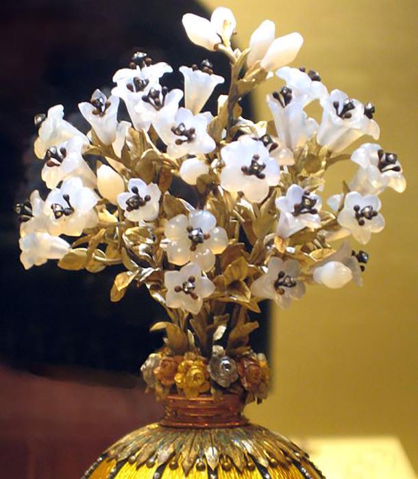 *Букет лилий* символизирует чистоту и невинность Девы Марии.