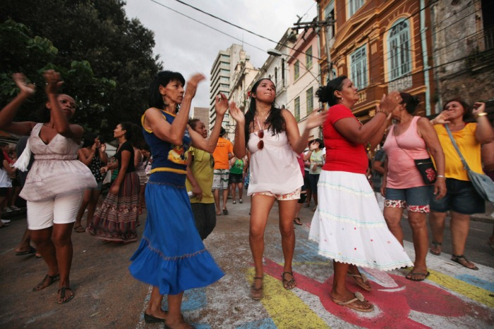 Танцы на улице.