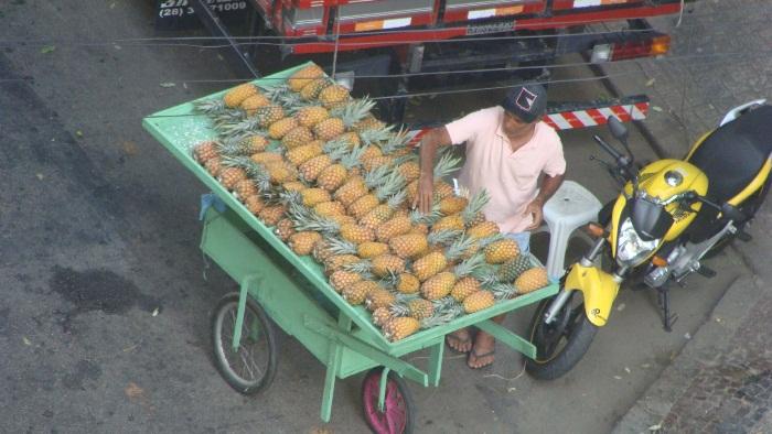 Уличный торговец ананасами.