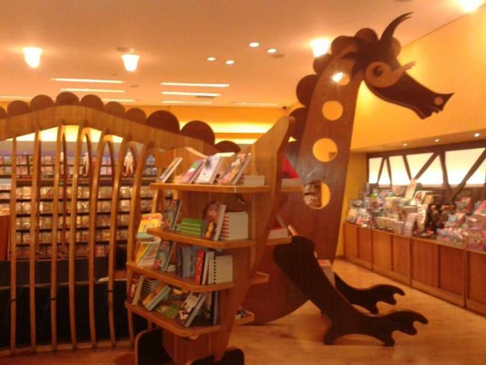 Полка с детскими книгами в магазине.
