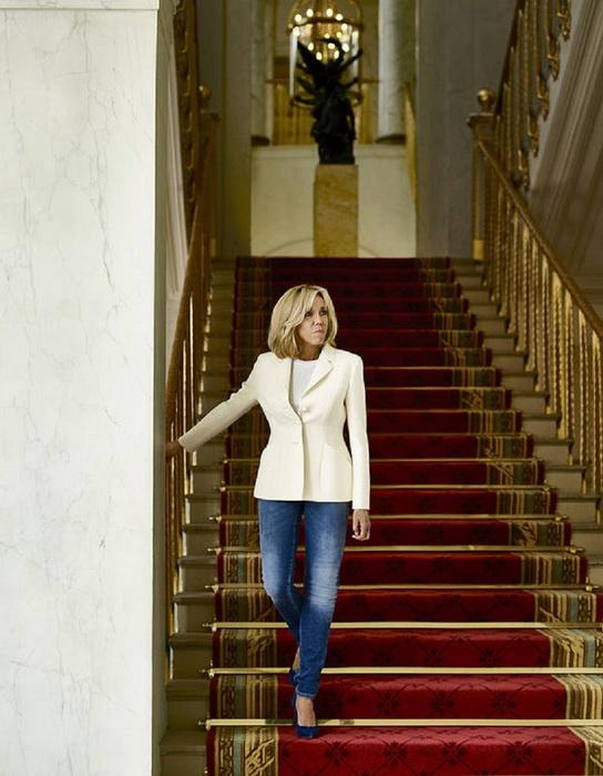 Брижит Макрон во время фотосессии в Елисейском дворце.
