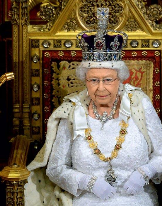 Королева Елизавета в короне.