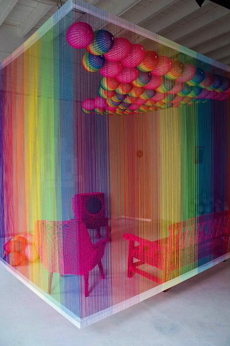 Для создания семицветной комнаты дизайнеру Pierre le Riche понадобилось более 11 км пряжи