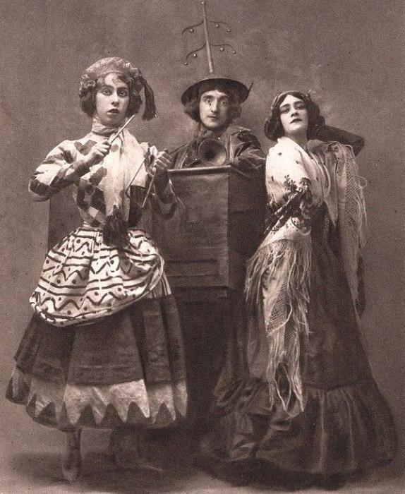 Бронислава Нижинская (слева) в балете «Петрушка»