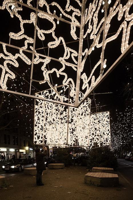 Рождественская инсталляция состоит из светящегося купола, кубов и *нитей*