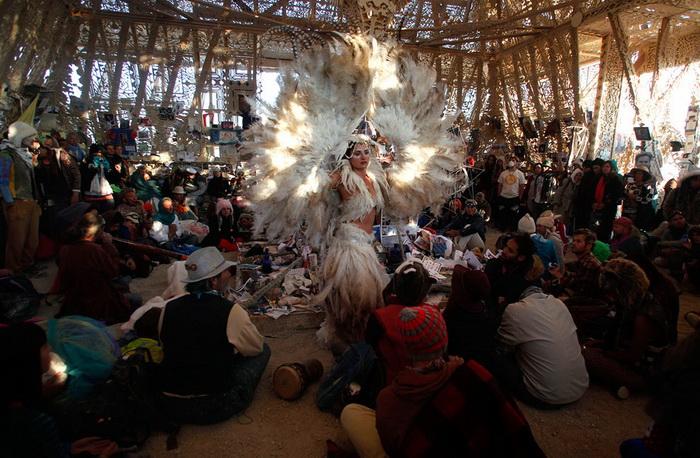 Участники фестиваля Burning Man в храме Юноны
