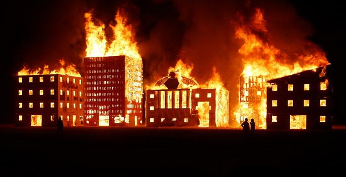 Горящая инсталляция *Burn Wall Street*