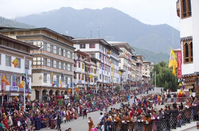 Торжество на главной улице Тхимпху, столицы Бутана