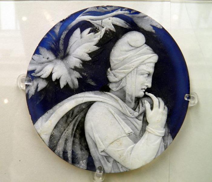 Стеклянный диск с головой Приама был приклеен к основанию портлендской вазы.