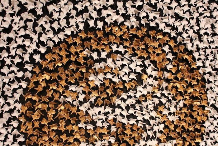 На каждом платье более 20 тысяч фарфоровых бабочек