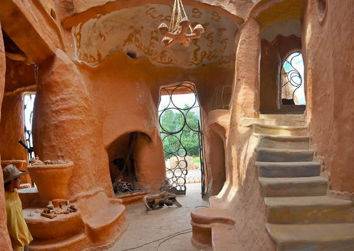 Комнаты в доме выполнены из природных материалов