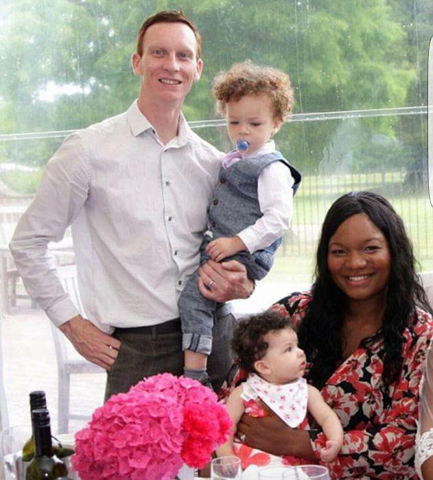 В семье Ховарт двое белокожих детей
