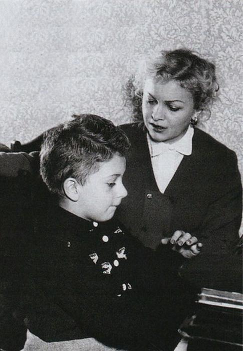 Людмила Целиковская с сыном Сашей