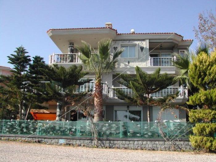 Уникальная вилла с аквариумом-забором на берегу Эгейского моря