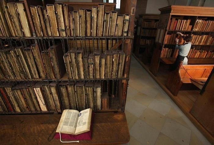 Крупнейшая в мире библиотека с прикованными книгами