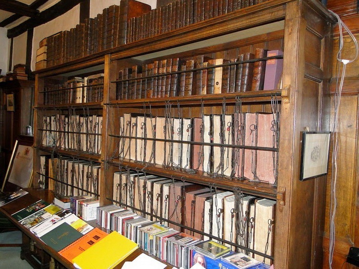 Одна из немногих сохранившихся школьных библиотек