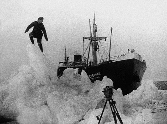 Теплоход Челюскин в тяжелых льдах   Фото: ria.ru