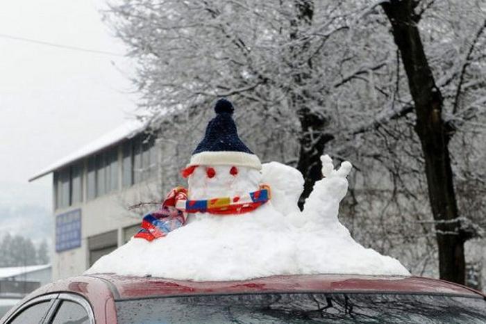 Снеговики на крышах автомобилей (Китай)