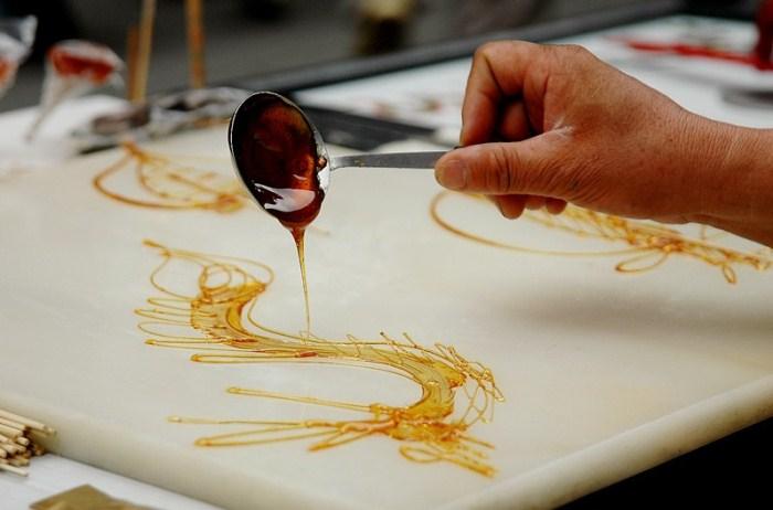 Кропотливая работа мастеров сахарной живописи