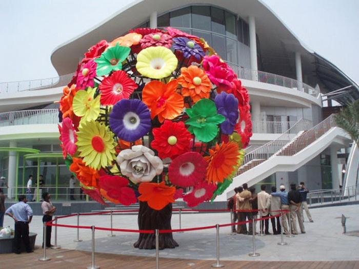 Пластиковое дерево от Чхве Чон Хва призвано напомнить о красоте окружающей природы