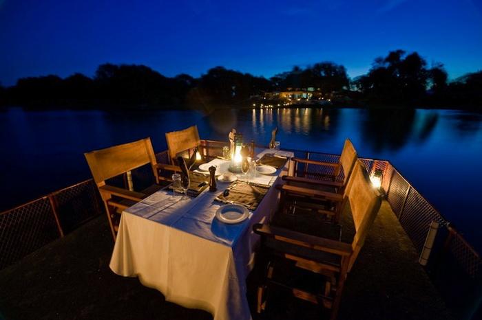 Романтический ужин у реки