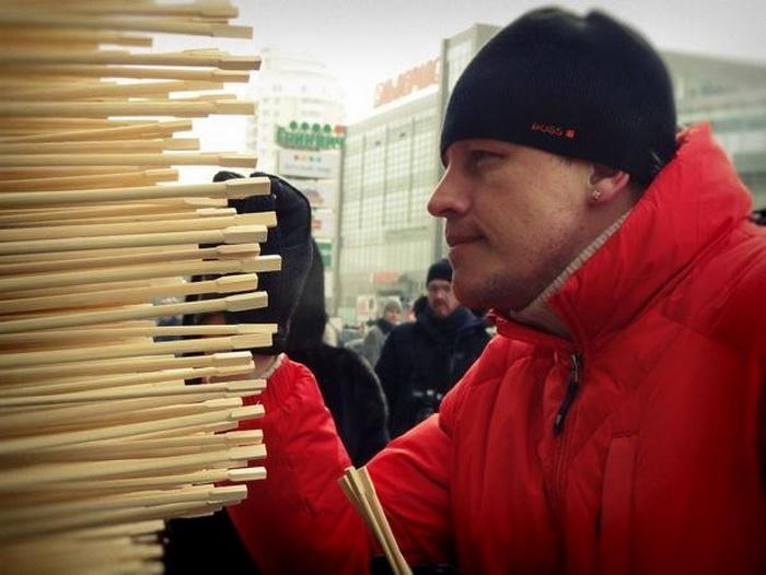 Все желающие могли принять участие в создании необычного деревянного дракона