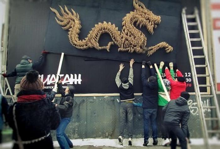 Оригинальный арт-объект украшает вход в кафе Aziatage