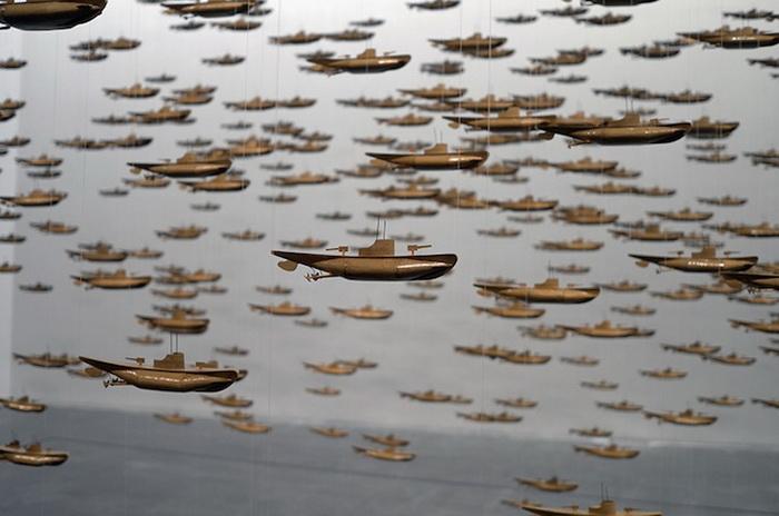625 подводных лодок в инсталляции Криса Бардена (Chris Burden)
