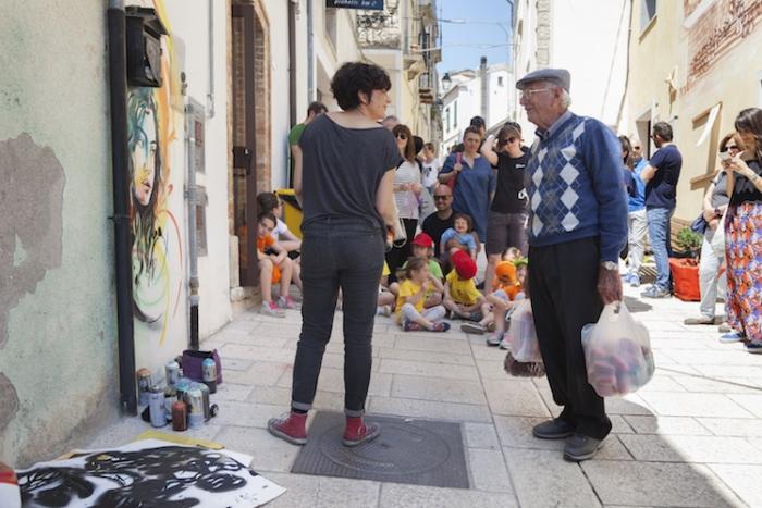 Местный житель Зио Никола общается с художницей Алисой Паскуини.