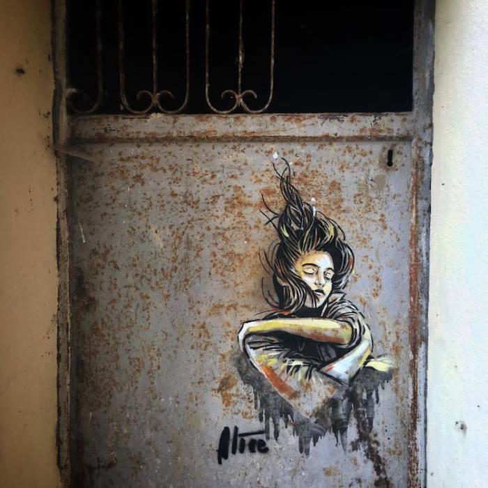 Стрит-арт от Алисы Паскуини на одной из старых дверей.