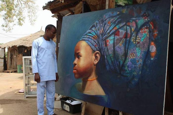 Клемент Нвафор рядом со своей картиной.