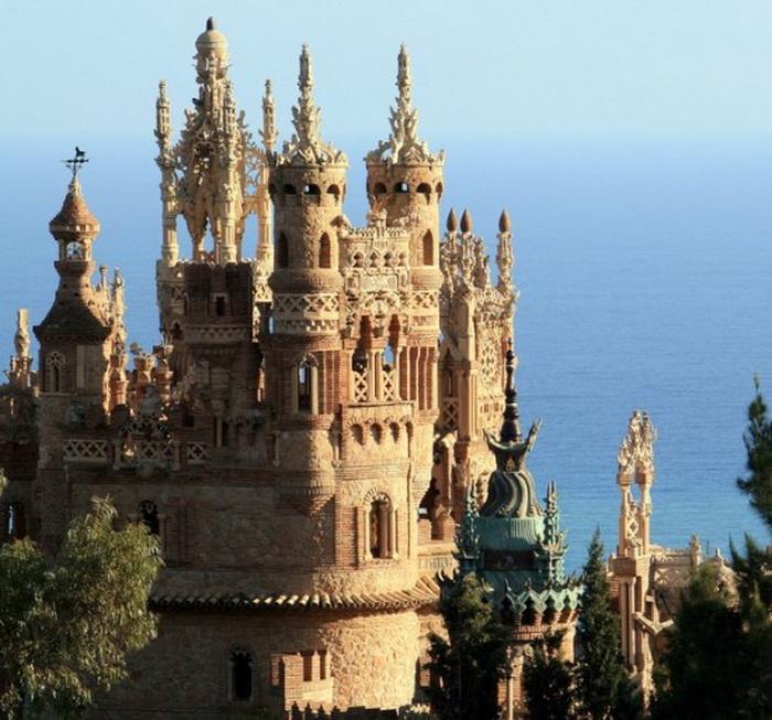 Испанский замок Коломарес, построенный в честь Христофора Колумба
