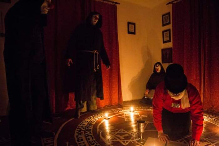 Сатанисты во время ночного ритуала.