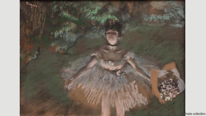 Танцовщица на сцене с букетов. Эдгар Дега. 1876