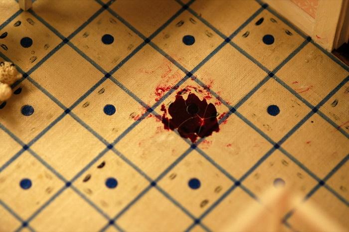 Лужа крови на полу.