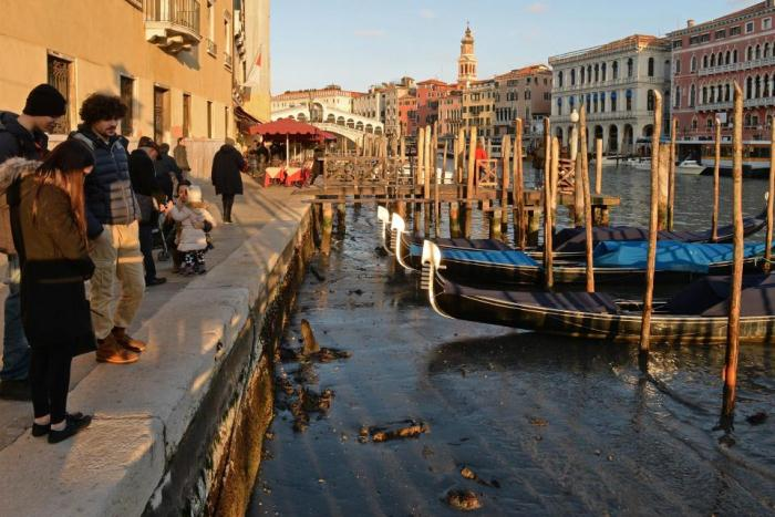Обмелевшие каналы Венеции - неприятный сюрприз для туристов.
