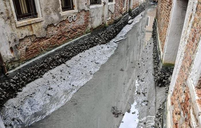 Обмелевшие каналы обнажили грязь и разруху.