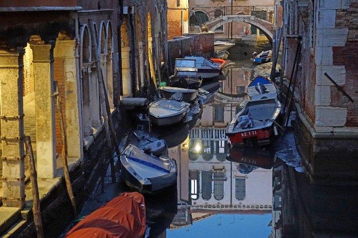 Засуха стала причиной пересыхания каналов в Венеции.
